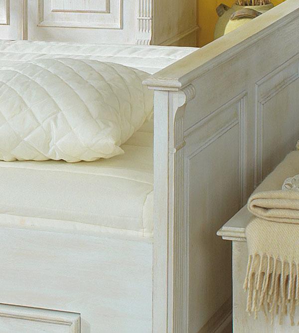 Landhausbett in Antik weiß vintage