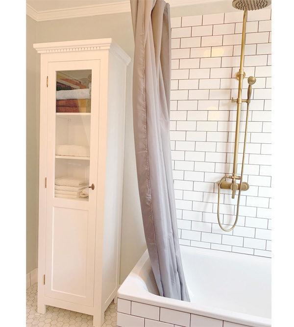Kieferschrank im Badezimmer - Weißer Badschrank mit Glastür