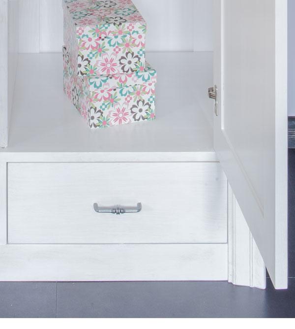 vitrinenschrank mit glast r und schublade massiv aus holz. Black Bedroom Furniture Sets. Home Design Ideas