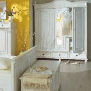 Landhaus Kleiderschrank in Antik weiß
