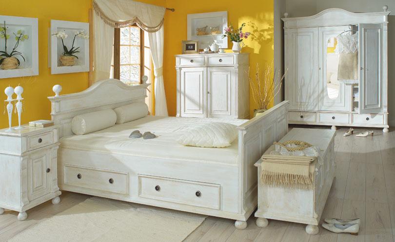Landhausbett aus massivem Kiefernholz in Weiß. Möbel aus Polen.