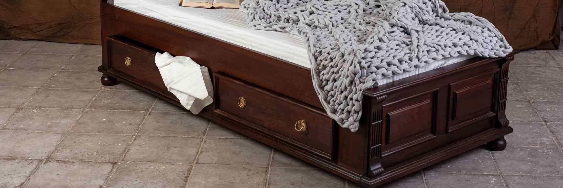 landhausbett kolonial dunkelbraun kirschfarben mit schubladen cottage country aus polen moebel. Black Bedroom Furniture Sets. Home Design Ideas