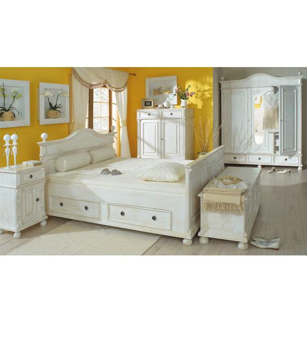 Landhausmmöbel im Schlafzimmer in Weiß Shabby chic gewischt