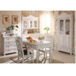 Landhausmöbel in Weiß gewischt