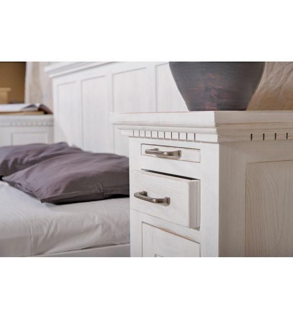 Bett und Nachtschrank in Weiß