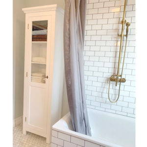 Weiße Vitrine mit Glastür als Badschrank