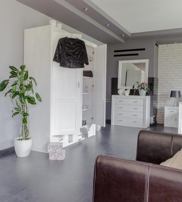Weiße Schlafzimmermöbel aus massivem Kiefernholz