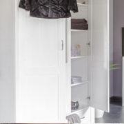 Weißer Kleiderschrank aus Holz