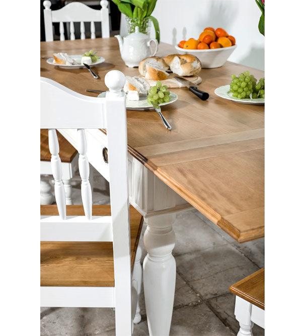 Weißer Holzstuhl in Küche