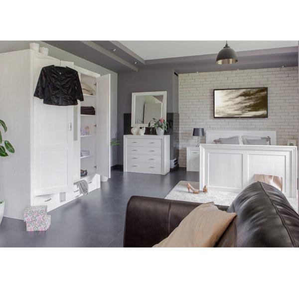 Schlafzimmer - weißer Kleideschrank 3-türig, Bett