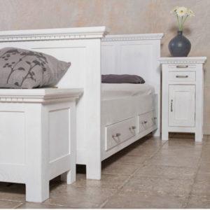 Weißes Naturholzbett im Schlafzimmer