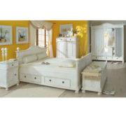 Landhausmöbel in antik weiß