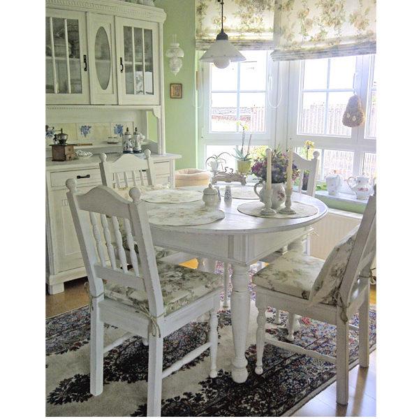 Weißer runder Tisch mit Schublade im Esszimmer