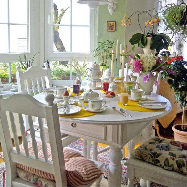 Weißer runder Tisch mit Schublade