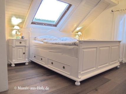 Landhausbett in Weiß mit großen Schubladen