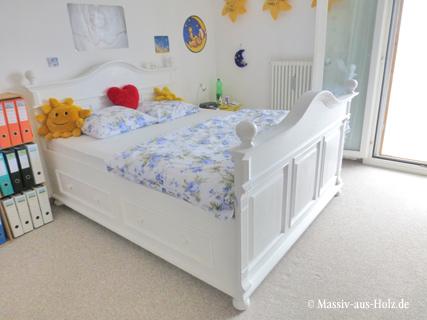 Bett im Landhausstil in Weiß