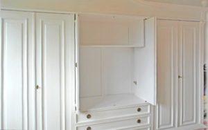 Weißer Schrank mit Schwenktüren im Schlafzimmer