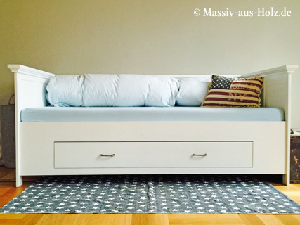 Weißes Landhausbett mit Lehne und Schublade