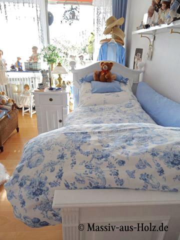 landhausbett in wei mit zartem himmelblau massiv aus holz. Black Bedroom Furniture Sets. Home Design Ideas