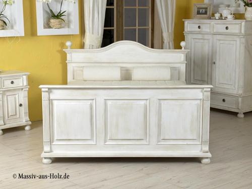 Landhausbett als Komfortbett in Antik weiß
