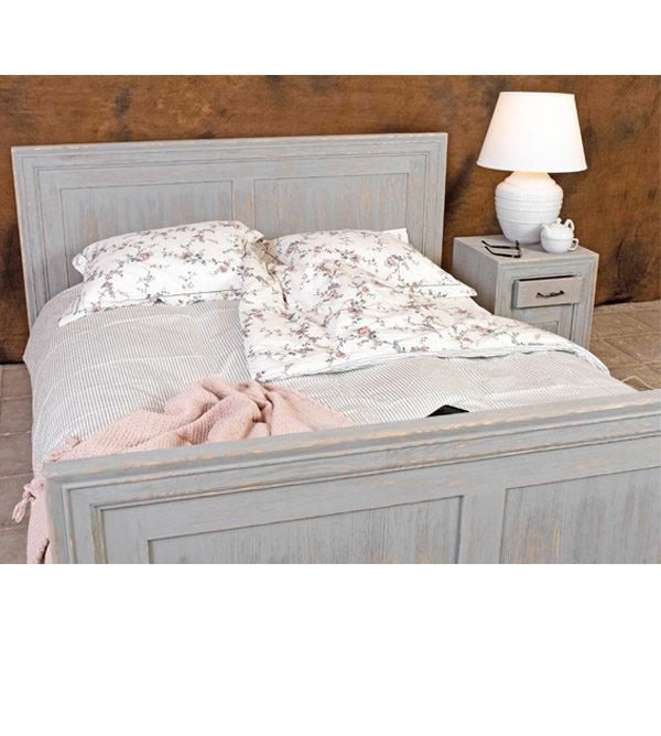 Massivholzmöbel im Schlafzimmer - Bett und Nachttisch in Grau gebürstet