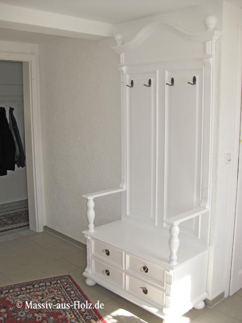 Weiße Garderobe mit Sitzmöglichkeit und Schubladen