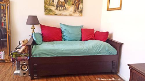 Einzelbett in Kolonialfarben mit Unterbett