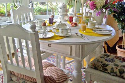 Neue Gesellschaft im Esszimmer – runder Tisch mit Schubladen