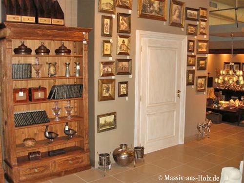 Verkaufsmöbel im Geschäft, Verkaufsregale aus Holz in Naturwachs und Antik weiß