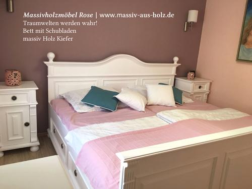 Weisses Landhausbett im Hotelzimmer