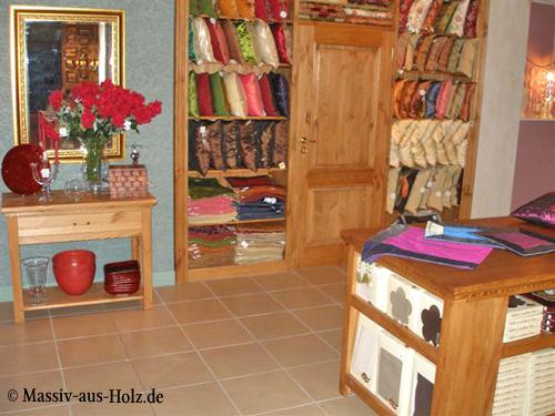 Verkaufsmöbel im Geschäft, Theke, Tresen, Regale aus Holz in Naturwachs