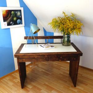 Schreibtisch mit farbiger Einlage