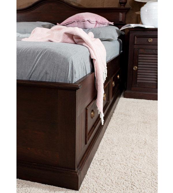 Bett mit Sockel in Kolonial