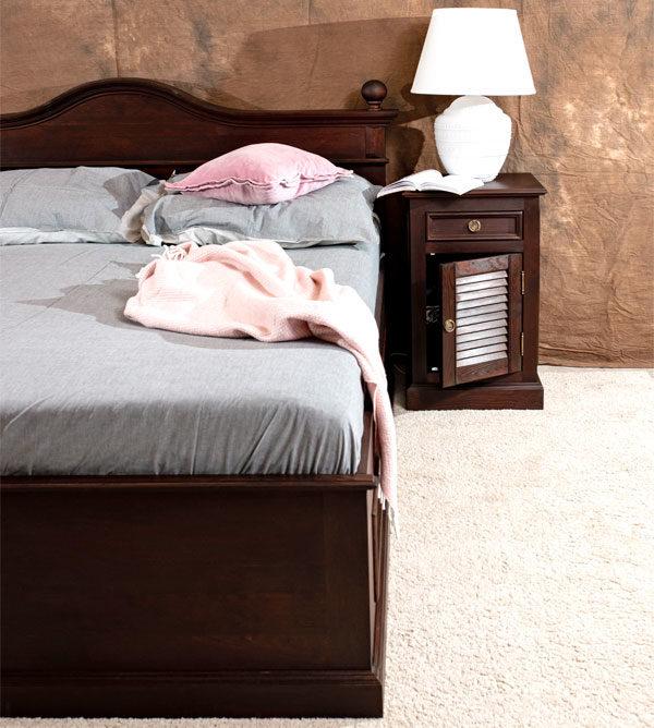 Holzbett mit Nachtschrank in Kolonial