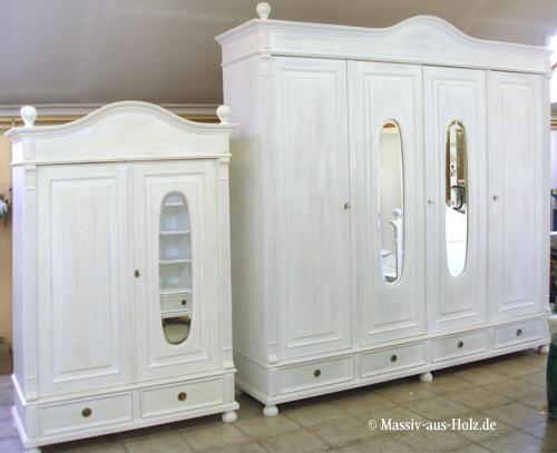 Beide Schränke im Landhausstil mit Spiegel wurden individuell nach Maß gebaut.