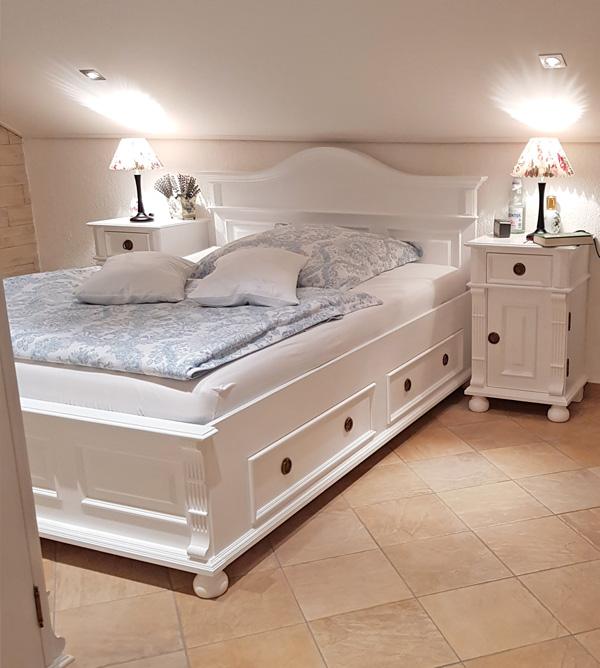 Weißes Landhausbett mit niedrigem Fußteil