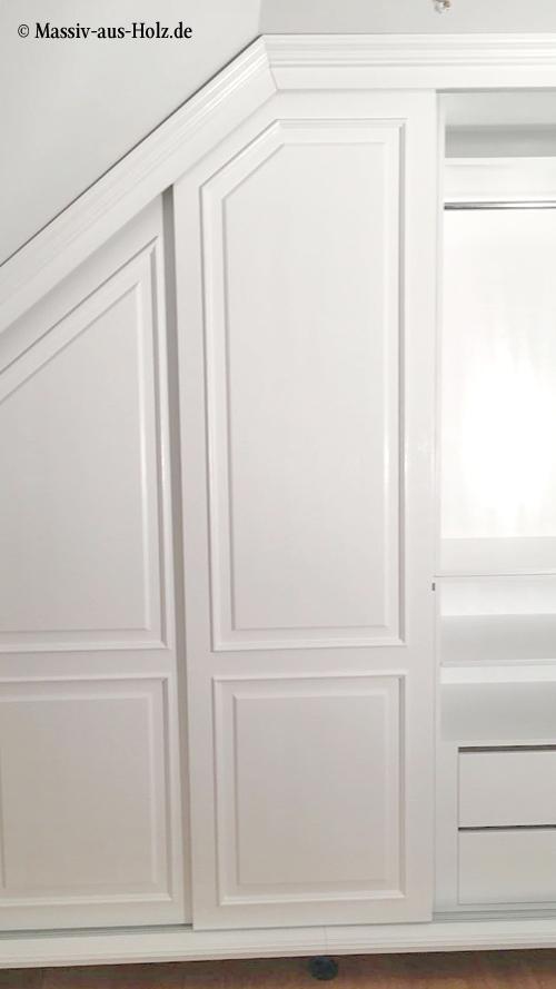 Weißer Einbauschrank mit Schräge und Schiebetüren