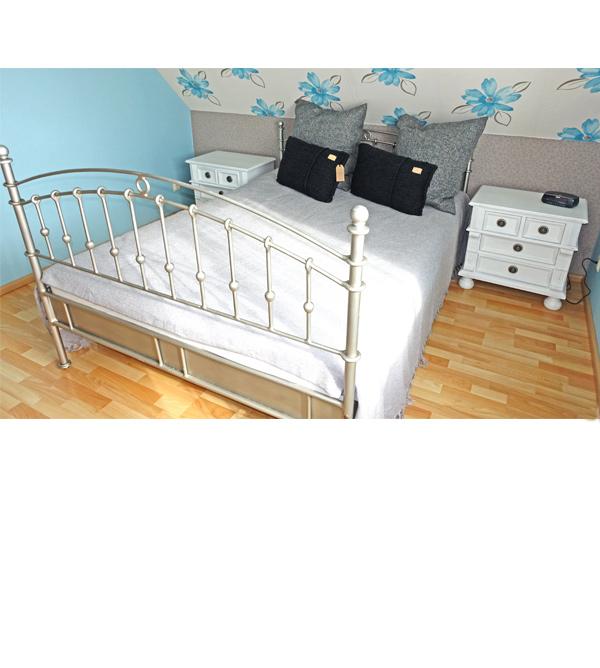 landhaus nachttisch mit 4 schubladen massiv aus holz. Black Bedroom Furniture Sets. Home Design Ideas