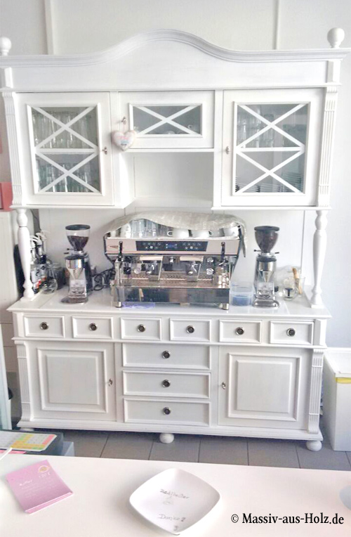 Weißer Buffetschrank im Landhausstil für Café