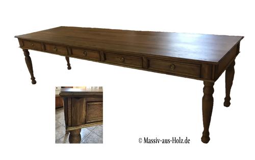 Großer Esstisch mit Schubladen im Landhausstil