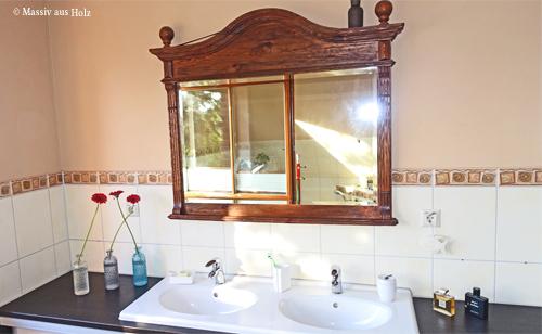 Große und kleine Badspiegel im Landhausstil aus Holz