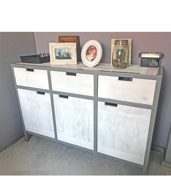 Weißes Sideboard aus Holz mit grauem Metallrahmen