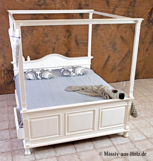 Himmelbett im Landhausstil mit Baldachin und Schublade, Farbe: Antik weiß shabby chic mit Patina, Material: Kiefer massiv Holz