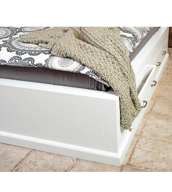 Bett mit Sockel und Schubladen