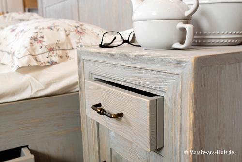 Nachtschrank in Alt grau gebürstet - 100% Handarbeit & Massivholz