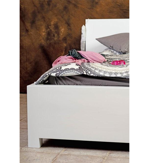 Weißes Holzbett im Schlafzimmer