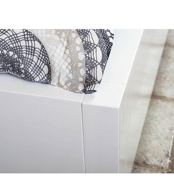 Weißes Holzbett modern minimalistisch und schlicht