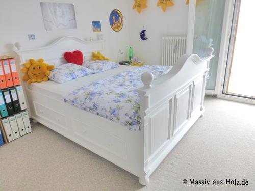 Das Bett im Landhausstil in Weiß verzaubert alle Landhaus-Verliebte. Die Landhausmöbel holen den natürlichen Charme von Massivholzmöbeln ins Schlafzimmer.