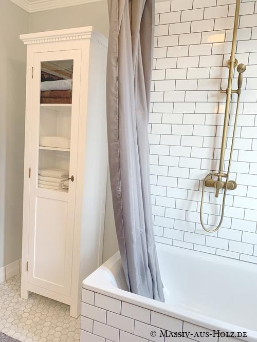 Weiße Vitrine mit Glastür im Bad
