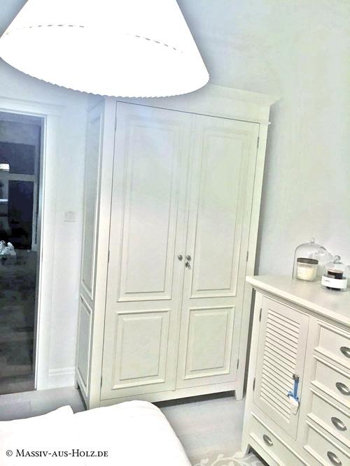 Möbel mit Lamellen im Landhausstil, gefertigt aus massivem Kiefernholz Möbel mit Lamellen